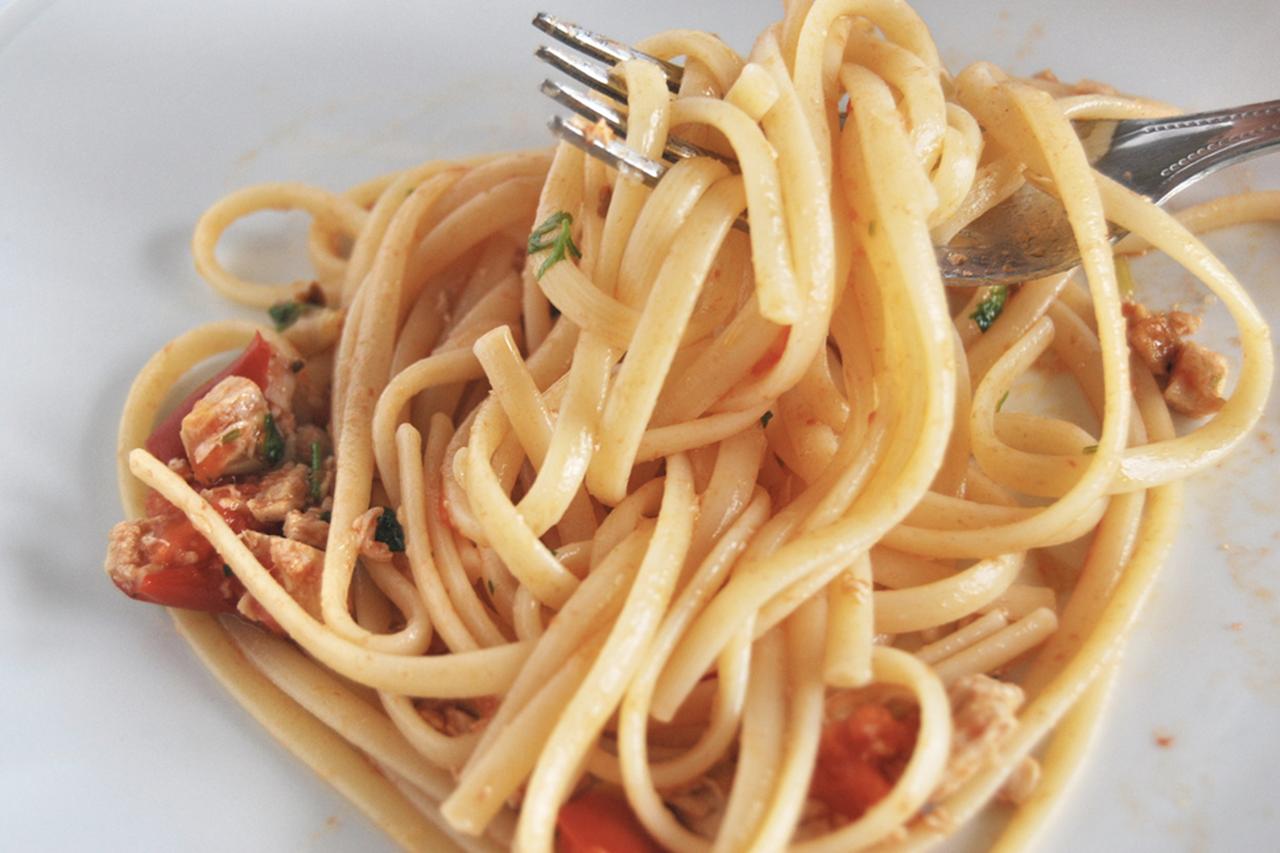 Ricetta pasta con pesce spada pomodorini e olive nere for Cucinare scampi